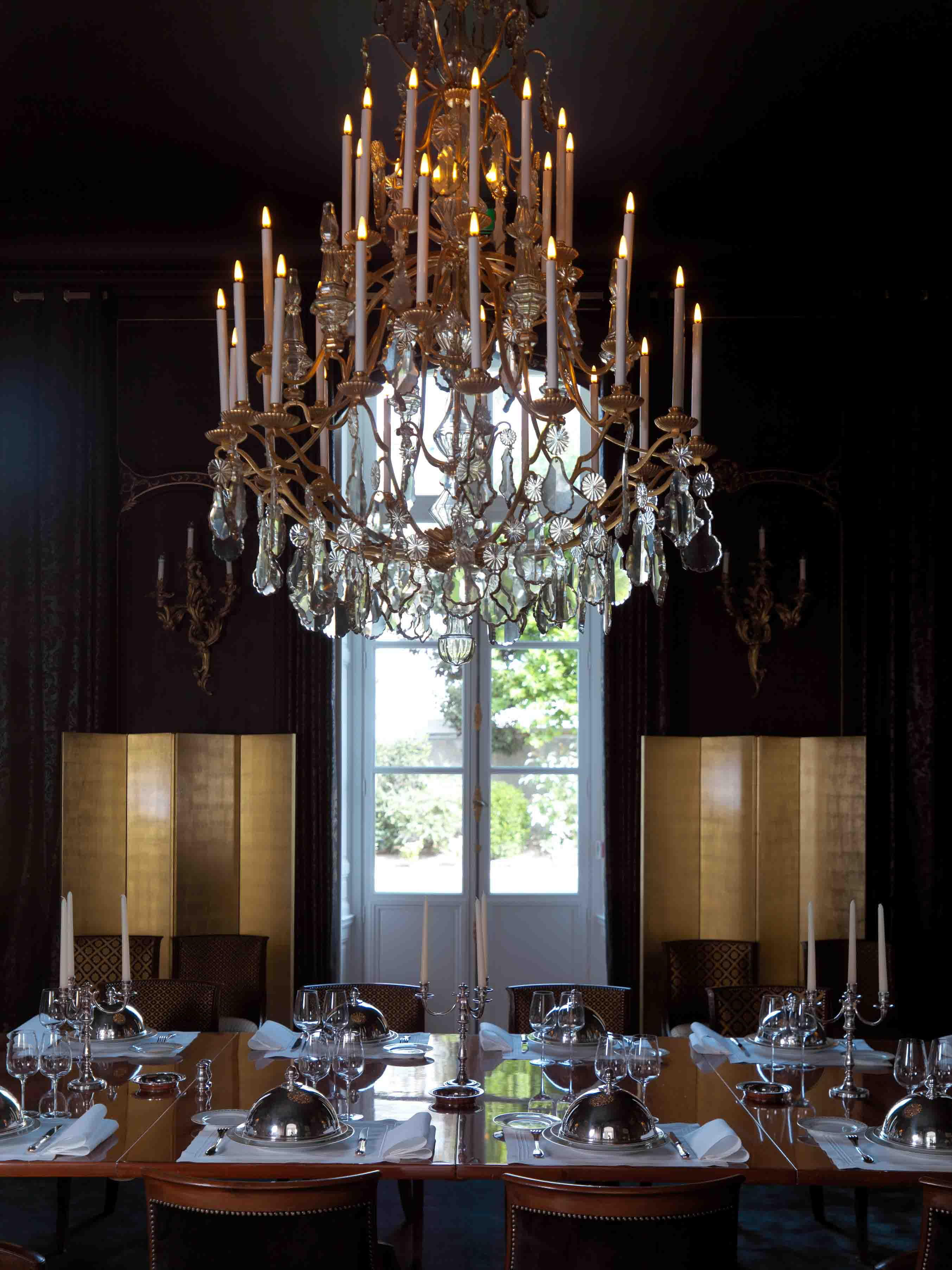 Dining room, black panelling, cristal chandelier, .